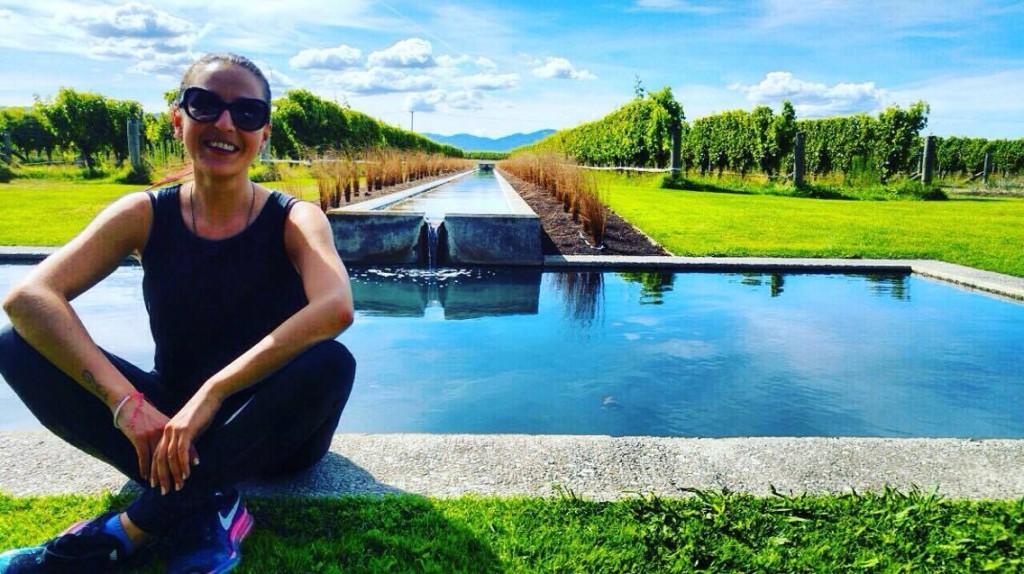 Натали Георгиева пред лозя в Нова Зеландия